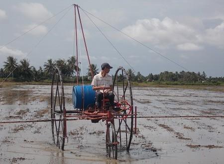 Sáng chế máy phun thuốc bảo vệ thực vật giúp bà con Nam Bộ